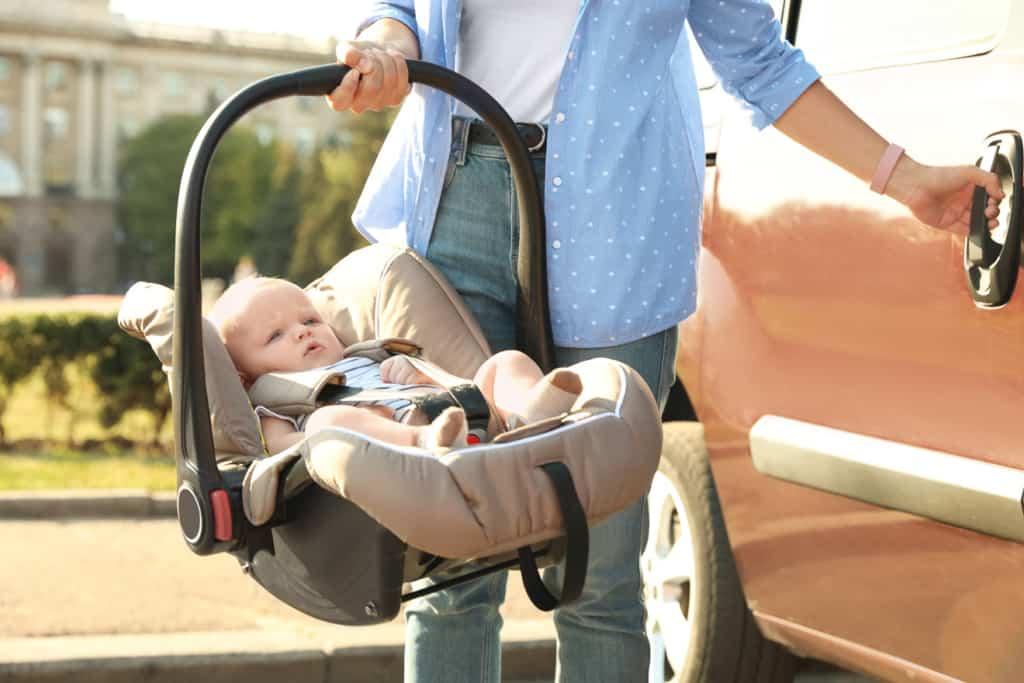 Sicherer Transport im Auto mit einer Babyschale