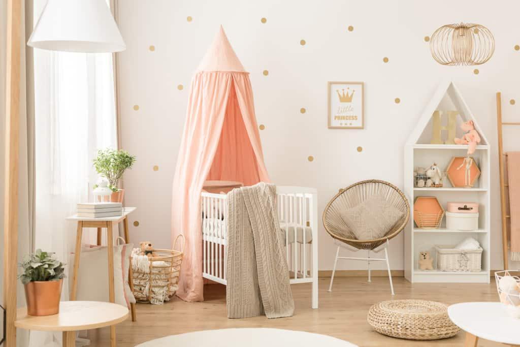 Babyzimmer mit Babybett, Regal und Sessek