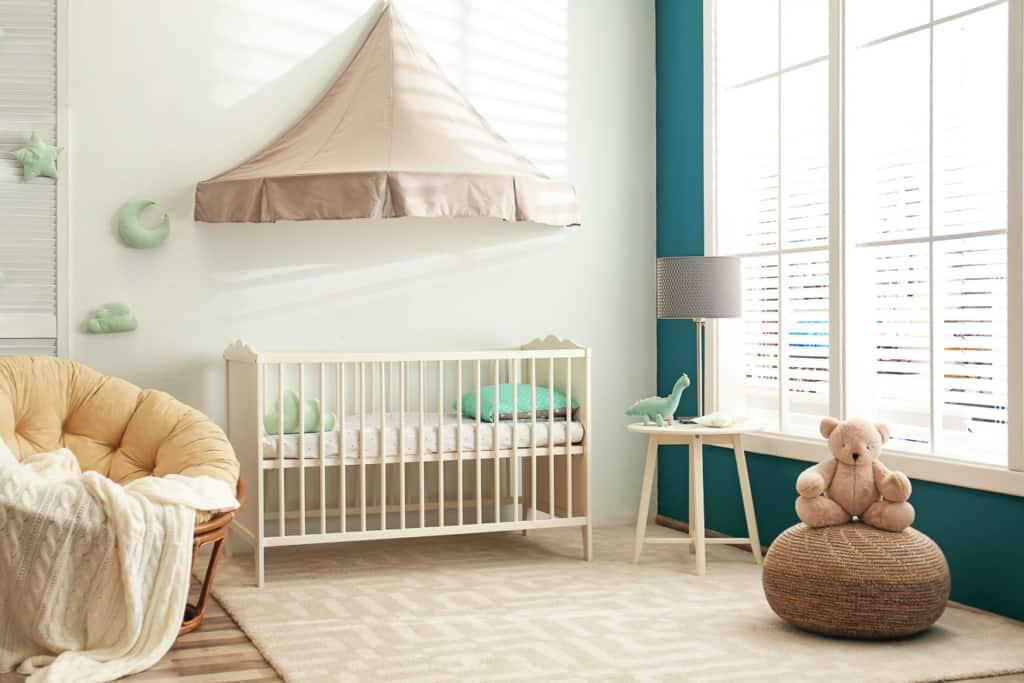 Babybett im harmonisch gestaltetem Babyzimmer