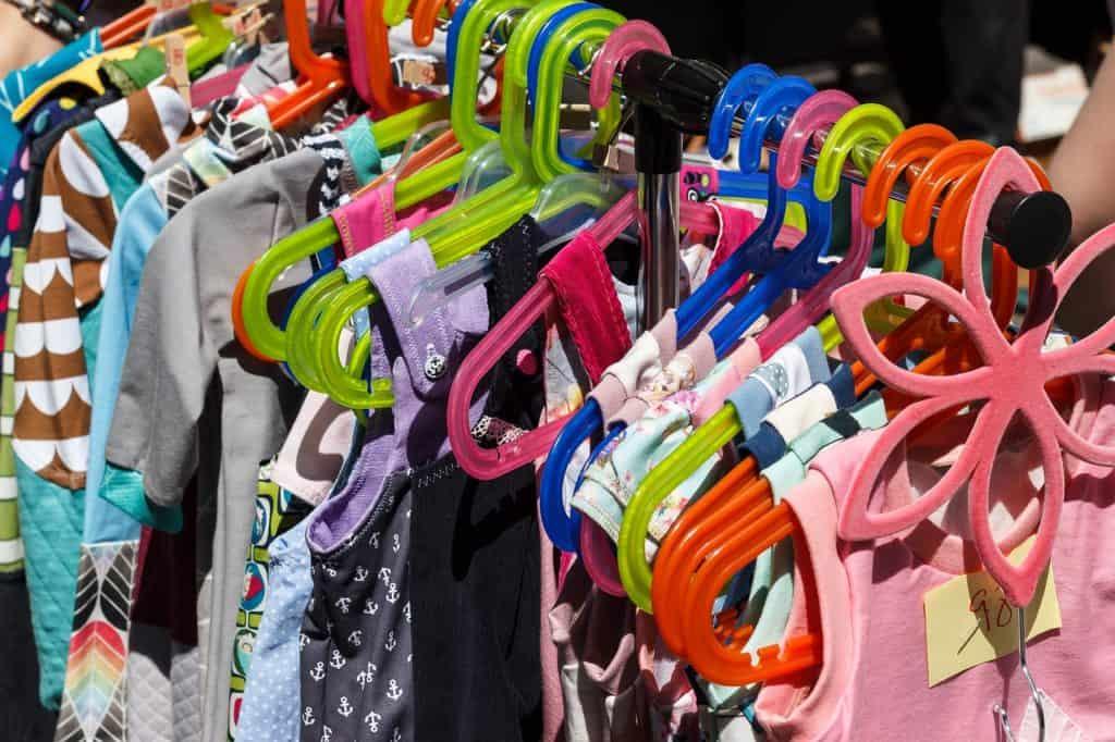Kleidung für Babys und Kinder auf einem Flohmarkt