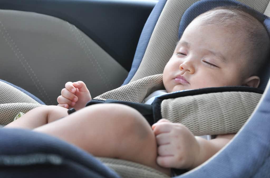 schlafendes Baby im Auto