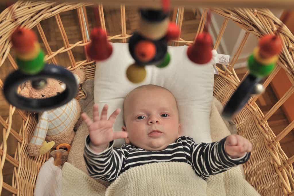 Baby im Stubenwagen