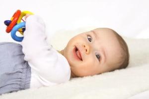 Ein Baby spielt mit einem Greifling