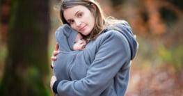 Mutter mit Baby in der Tragejacke