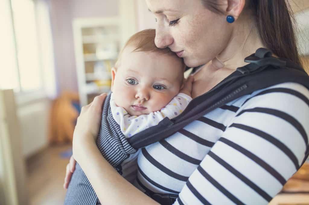 Baby in einer Babybauchtrage