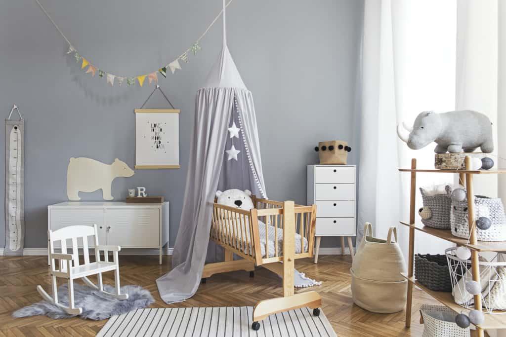 Babywiege im Kinderzimmer