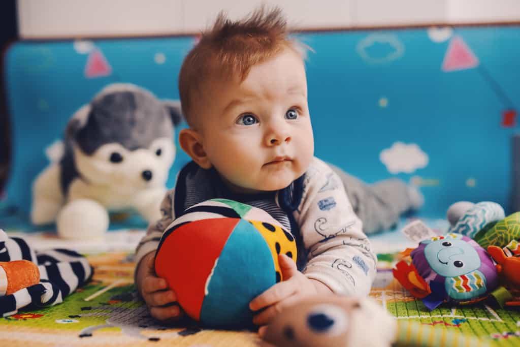 Ball für Babys - darauf kommt es beim Kauf an