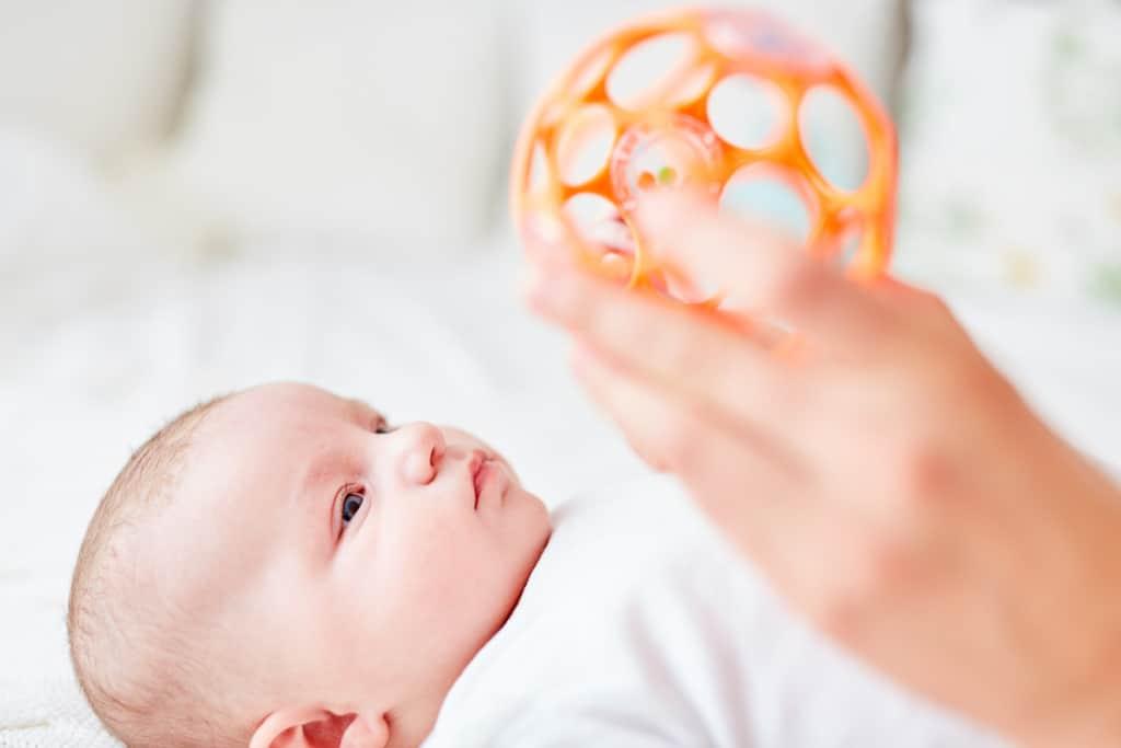 Ball zum Greifen mit Baby