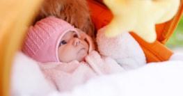 Baby im Kinderwagen im Frühling