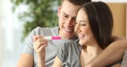 Glückliches Paar beim Schwangerschaftstest